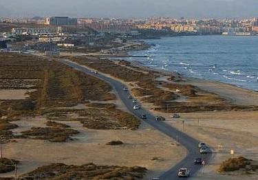 El Ayuntamiento de Alicante se compromete con el Síndic a mejorar la carretera que une Urbanova y el Saladar de Aguamarga