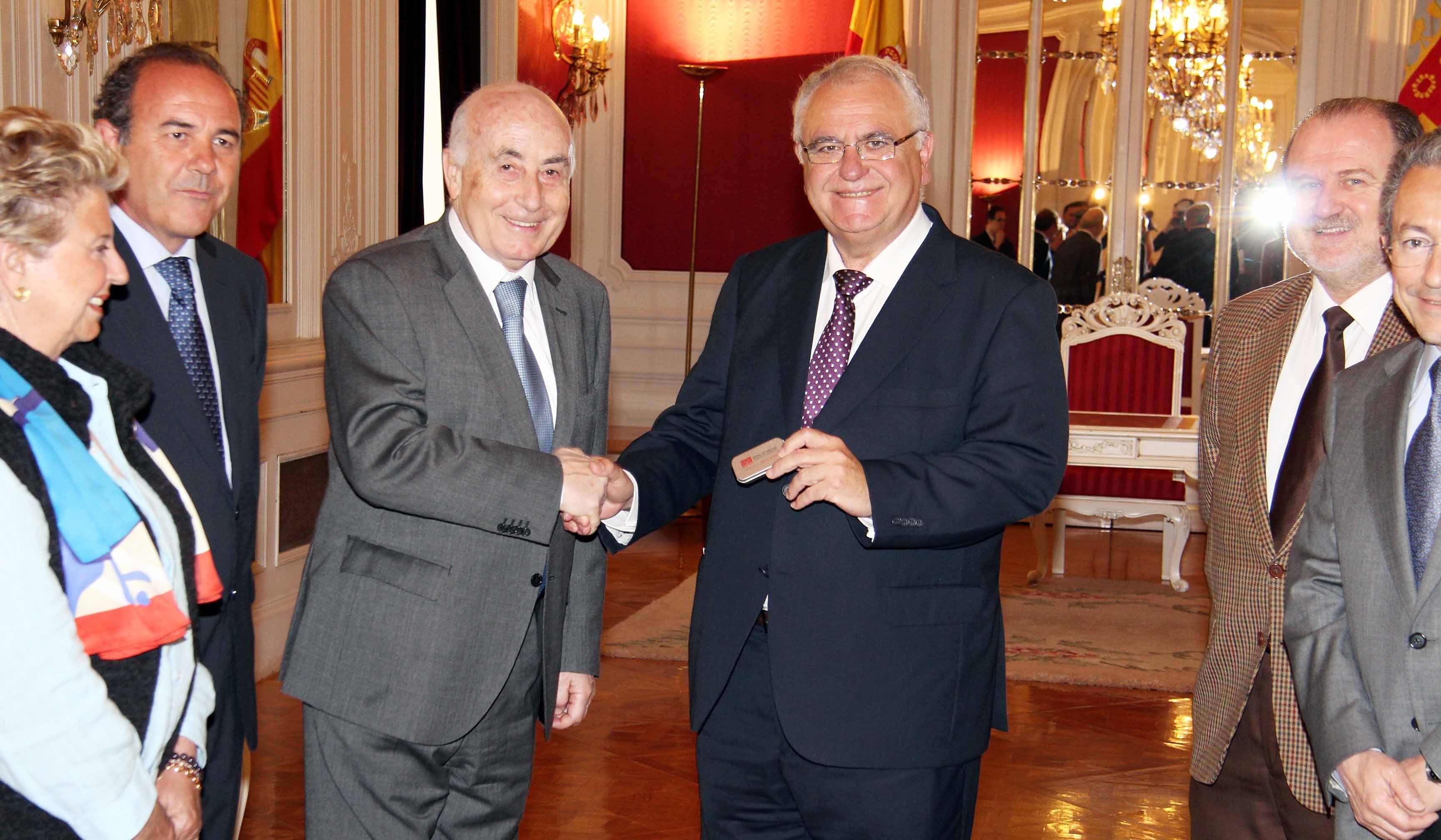 El síndic entrega el Informe Anual 2011 al presidente de Les Corts Valencianes