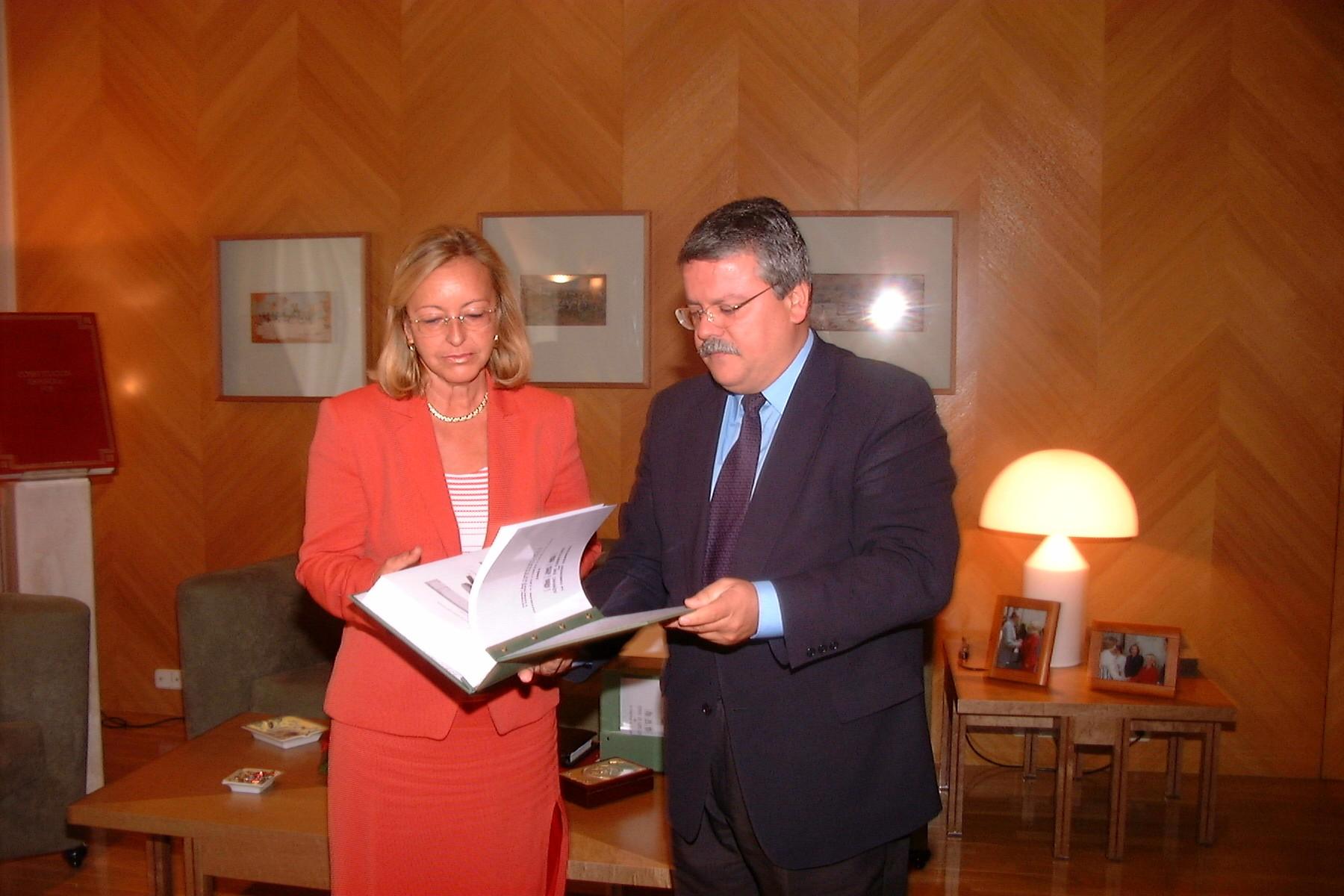 El Síndic de Greuges entrega a la Presidenta de las Cortes Valencianas el Informe Anual del 2001