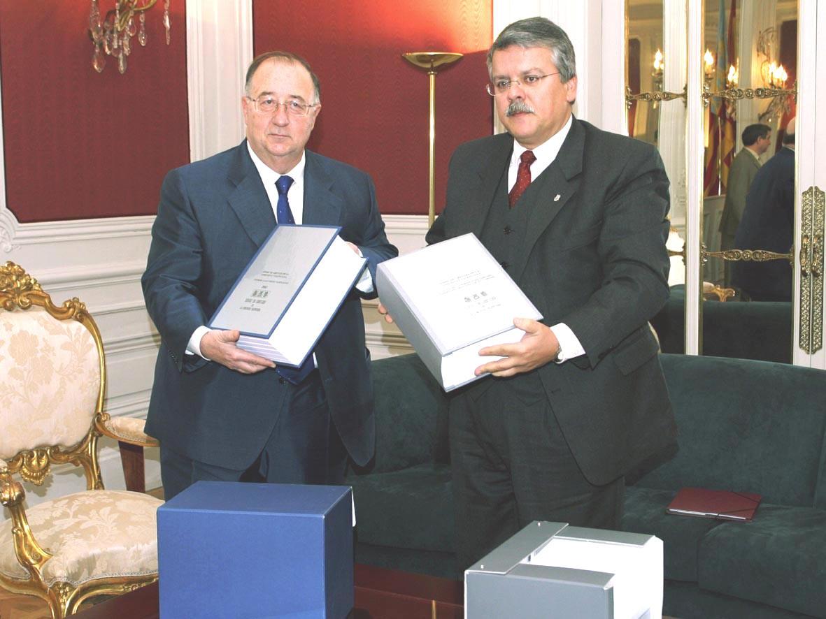 El síndic entrega al presidente de las cortes el Informe Anual de 2002 y el Informe Especial sobre salud mental