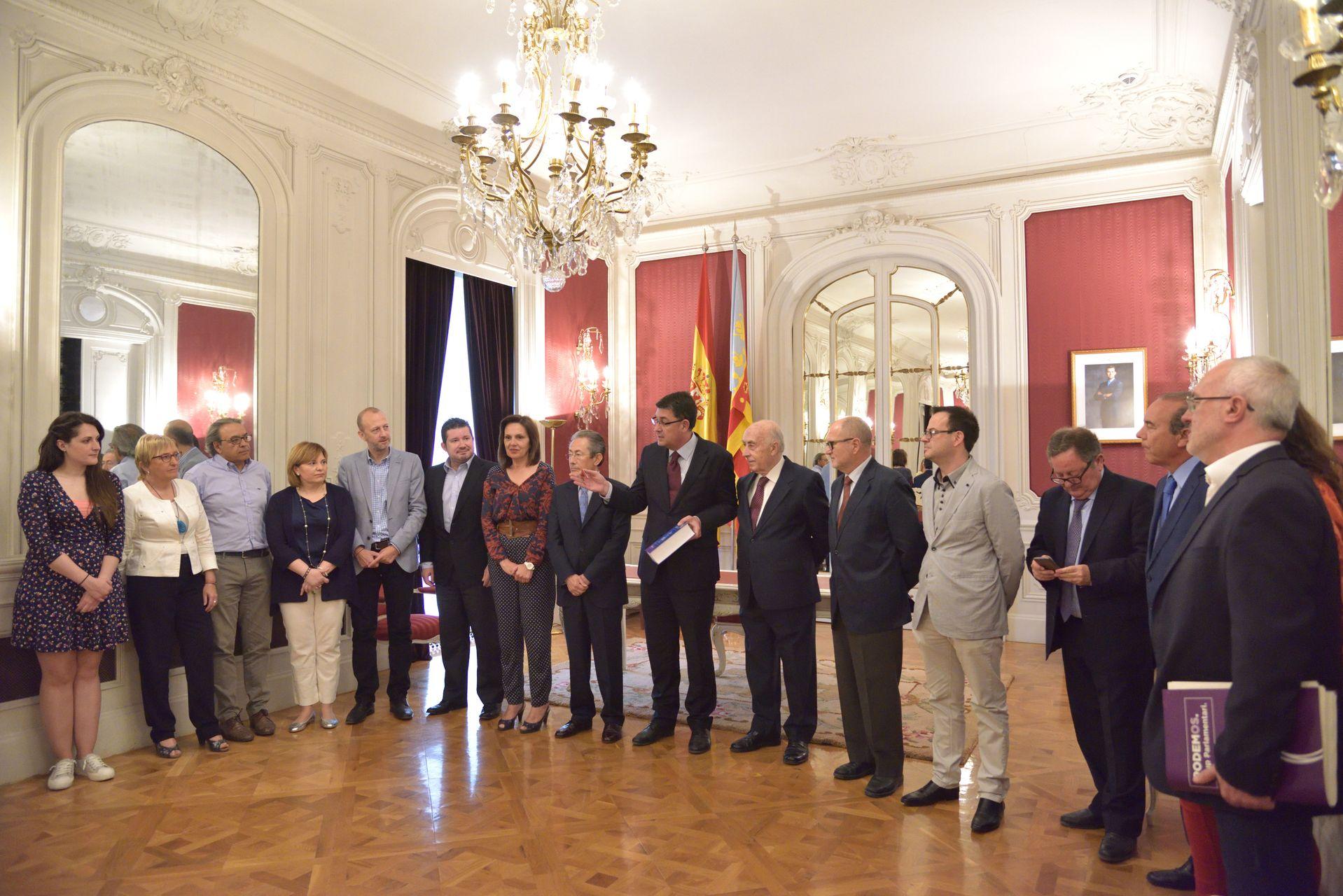 El síndic entrega el Informe anual 2015 al president de Les Corts Valencianes