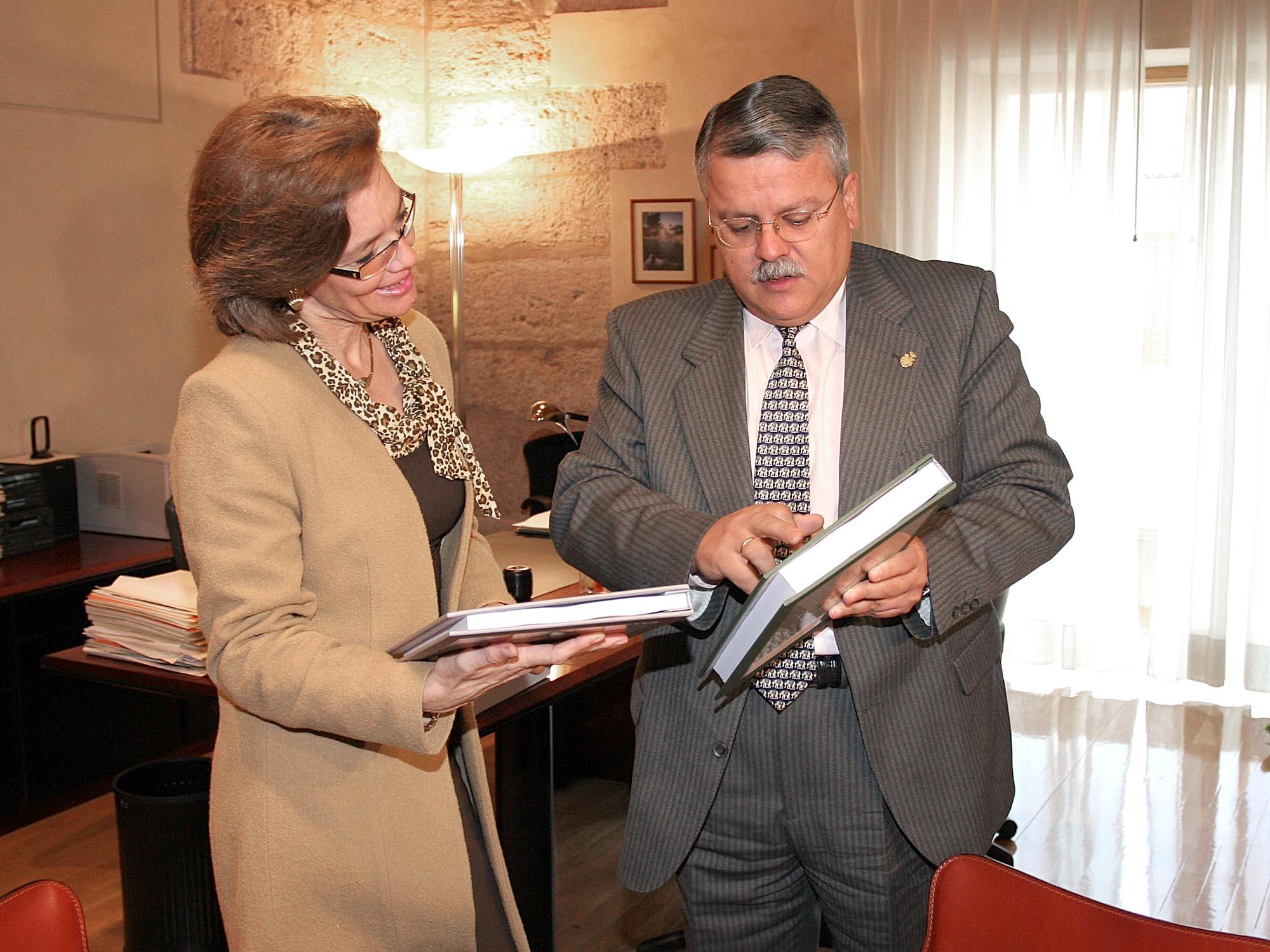 El síndic entrega a la vicepresidenta de las Cortes Valencianas dos nuevos informes especiales