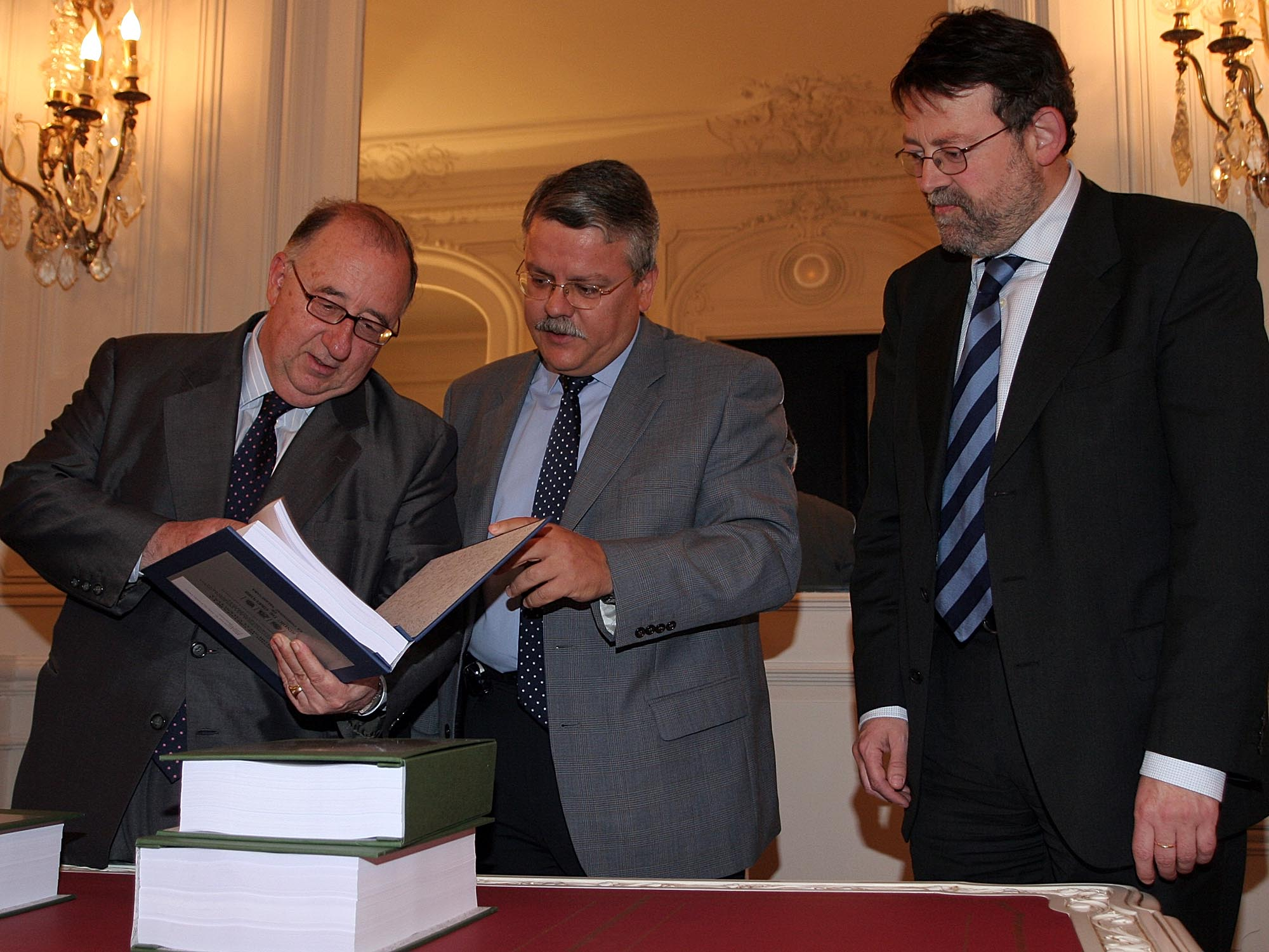 El síndic entrega al presidente de las Cortes el informe anual 2004 y un informe especial sobre la violencia de género