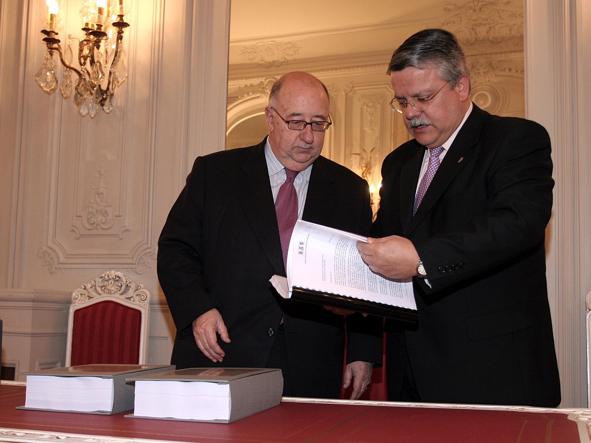 El síndic entrega al presidente de  las Cortes el Informe Anual 2005 y el Balance de Gestión de esta Institución durante el mandato 2001-2006