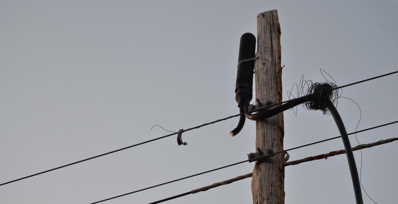 El Síndic pide la retirada del tendido aéreo telefónico indebidamente colocado