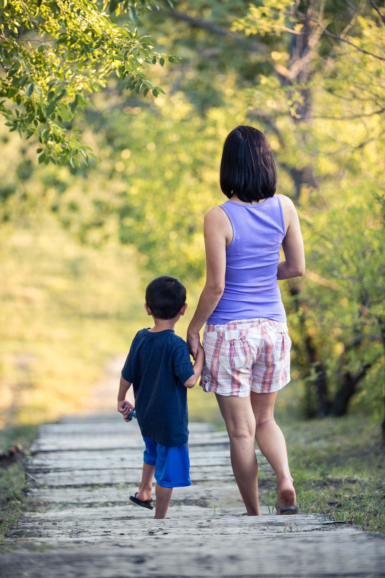 El Síndic pide simplificar y agilizar los trámites para expedición del título de familia monoparental