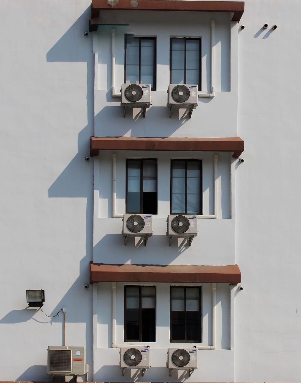 Contaminació acústica: sorolls dels equips d'aire condicionat en celobert d'un edifici