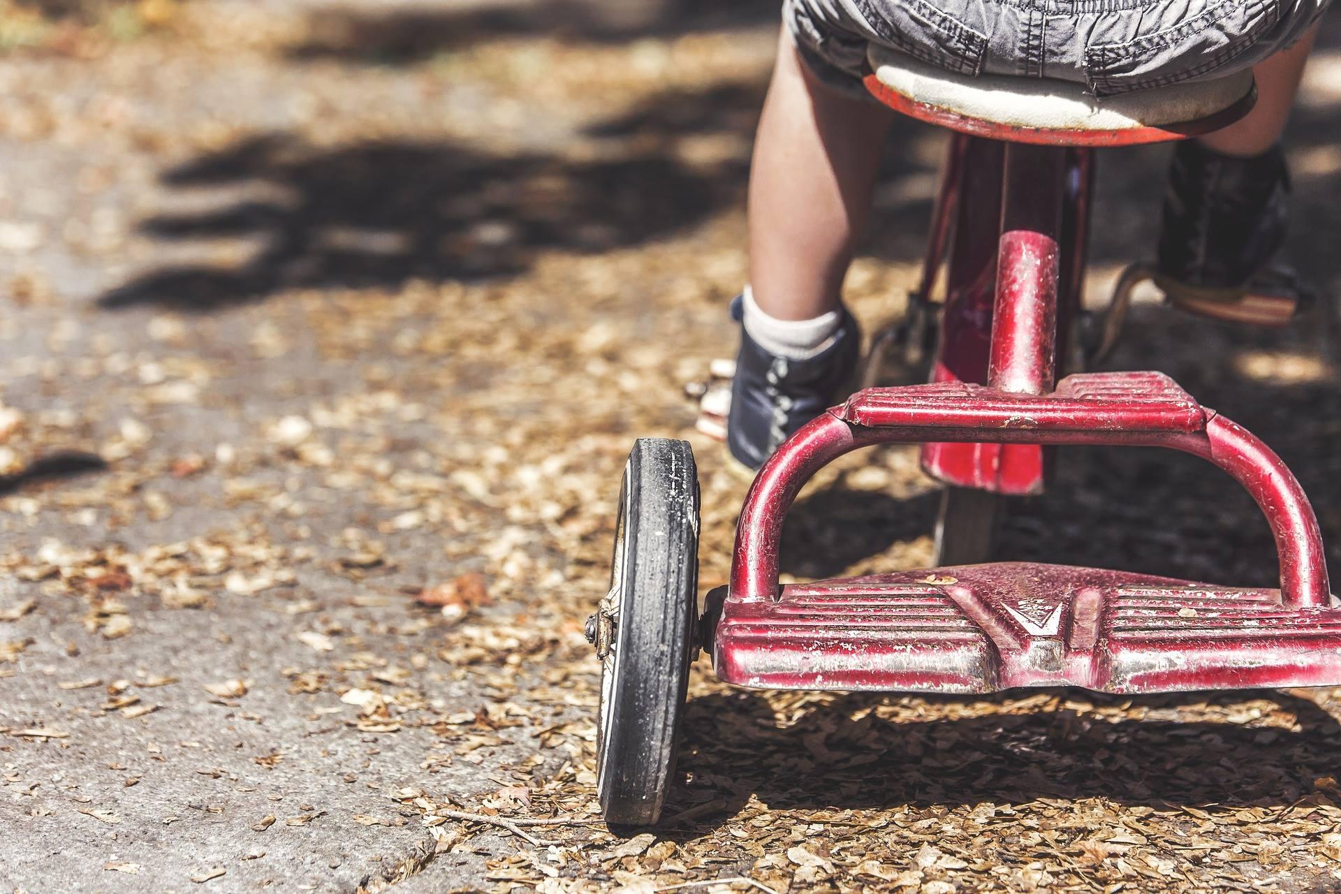 El Síndic de Greuges reclama educadores para atender a los niños de infantil de 3 años cuando se orinan o vomitan